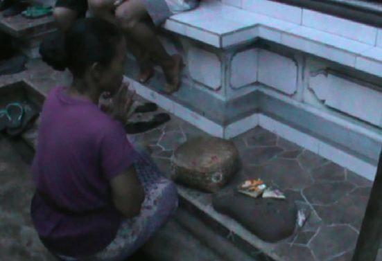 Orang tua Mertayasa saat berdoa untuk keselamatan anaknya