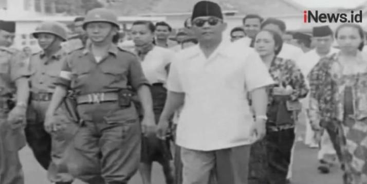 Megawati Soekarnoputri menyerahkan penghargaan kepada kepala daerah peraih Trisakti Tourism Award 2019. (Foto: sindonews.com)