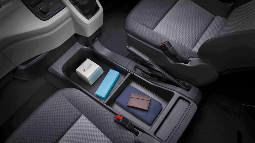 Kursi pengemudi dan penumpang HiaAce Premio dengan kompartemen lapang dan mewah. (Foto: Toyota)