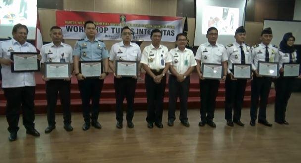 Pegawai Imigrasi saat menerima penghargaan dari Kanwil Kemenkumham Sumut. (Foto: iNews/Said Ilham)