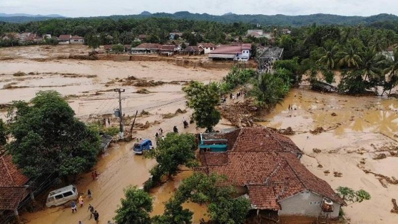 Banjir bandang merusak rumah dan menghanyutkan kendaraan warga di Kabupaten Lebak, Banten. (Foto: Antara)