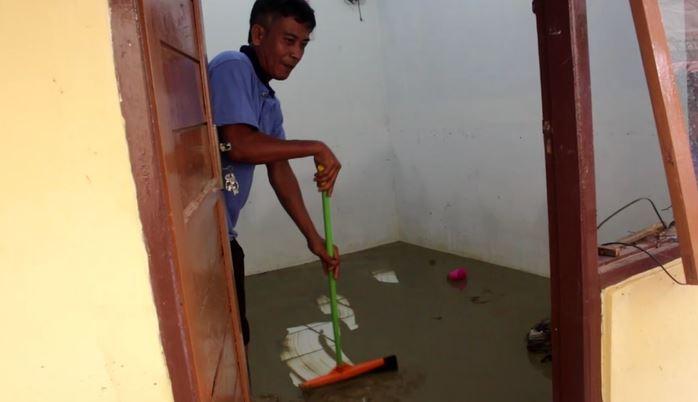 Warga bersihkan lumpur sisa banjir di Cirebon, Selasa (14/1/2020) (Foto: iNews/ Toiskandar)