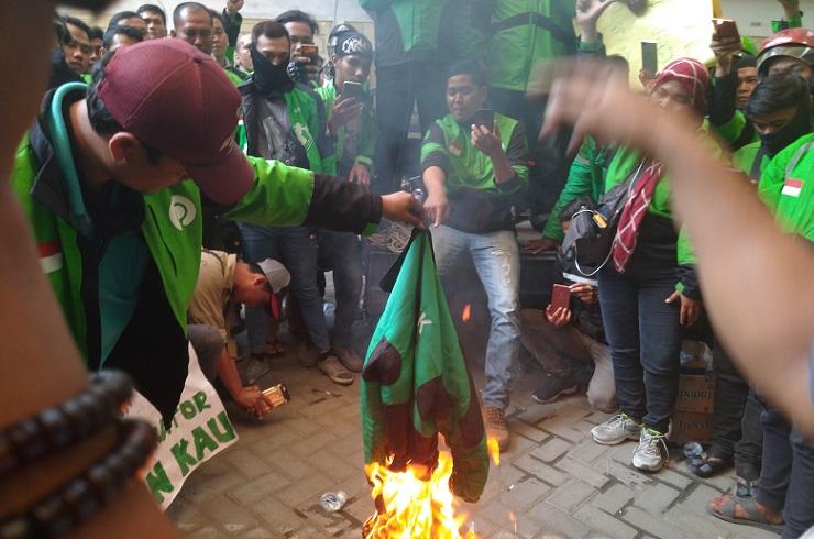 Pengemudi gojek membakar jaket, Rabu (15/1/2020) (Foto: iNews/ Stephanus)