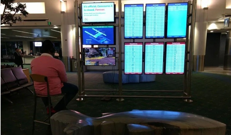 Pria hack tv di bandara untuk bermain game (Foto: The Oregonian)