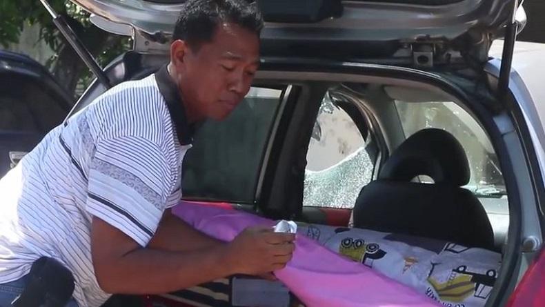 Petugas Laka Satlantas Polresta Solo menemukan bungkus kondom dalam mobil Honda Jazz yang menabrak petugas sekuriti Solo Paragon Mall, Jateng, Sabtu (18/1/2020). (Foto: iNews/Septyantoro)