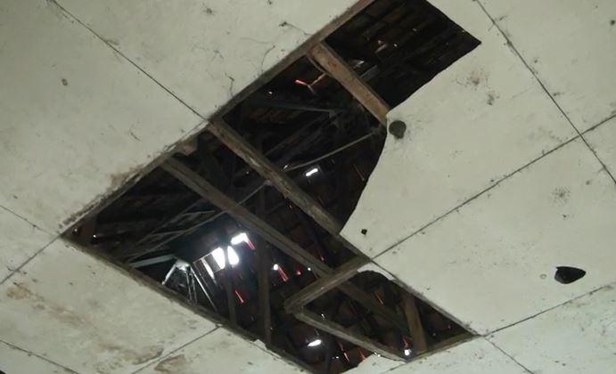 Atap SDN Samudrajaya rusak parah, Senin (20/1/2020) (Foto: iNews/Aditya)