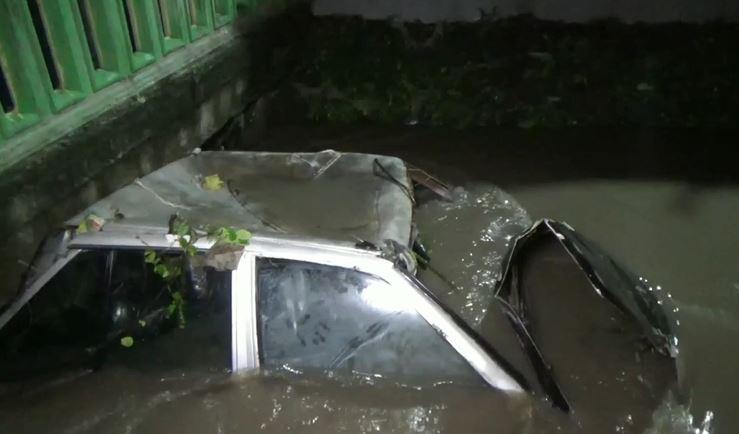 Mobil terendam banjir, Selasa (11/2/2020) (Foto:iNews/Deni Irwansyah)