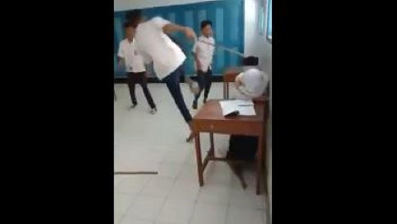 Tiga siswa SMP menendang dan memukuli seorang siswi di dalam kelas yang diduga di salah satu SMP di Kabupaten Purworejo, Jateng, Rabu (13/2/2020). (Foto: Instagram)