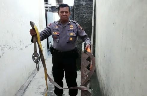 Petugas Polsek Boyolali menyita sejumlah senjata tajam dari para pelajar yang hendak tawuran. (Foto: iNews/Tata Rahmanta)