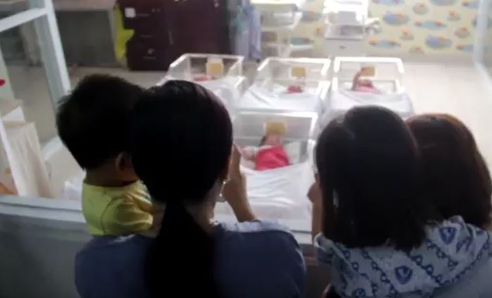 Keluarga melihat bayi yang baru lahir di cirebon, Kamis (20/2/2020) (Foto: iNews/Toiskandar)