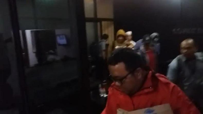 Penyidik KPK Surabaya, usai menggeledah Kantor Advokat Rahmat Santoso and Partner di Jalan Prambanan Nomor 5, Kecamatan Pacar Keling, Kota Surabaya, Jatim, Selasa (25/2/2020). (Foto: iNews/Yudha Prawira)