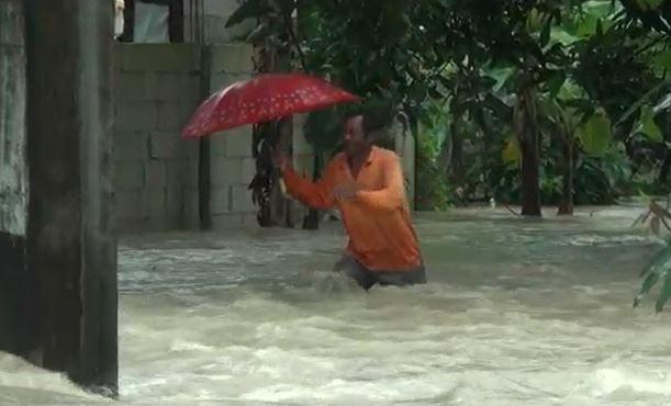 Warga menerjang banjir, Kamis (27/2/2020) (Foto: iNews/Aditya)