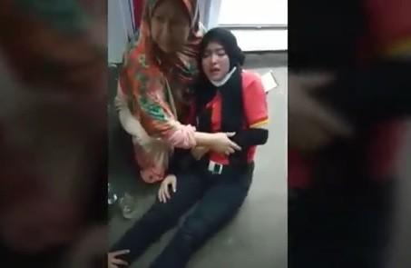 Karyawan minimarket di Pamijahan, Bogor histeris dan syok setelah menjadi korban perampokan. (Foto: iNews/Wildan Hidayat)