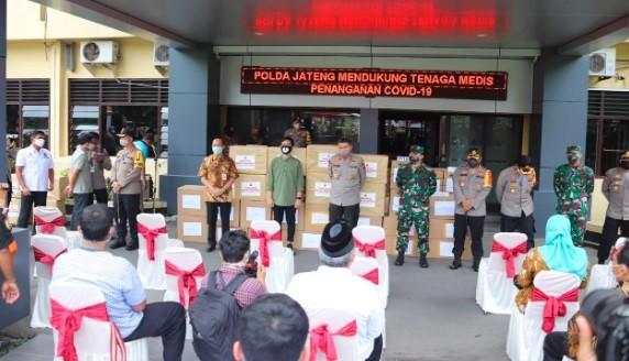 Kapolda Jateng Irjen Pol Rycko Amelza Dahniel dan jajaran terkait saat menyerahkan bantuan APD di Mapolresta Solo. (Foto: istimewa)