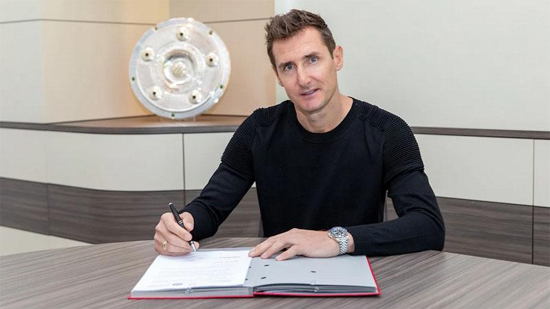Miroslav Klose teken kontrak menjadi asisten pelatih Bayern Munchen, Kamis (7/5/2020). (Foto: FC Bayern)