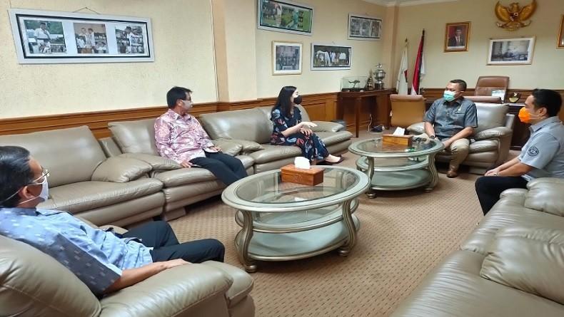 Ketua DPW PPP Sulsel Bagikan Paket sembako ke Warga Pangkep (foto ady/iNews)