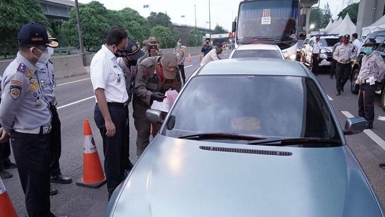 Gubernur DKI Jakarta Anies Baswedan mengecek langsung pemantauan SIKM di check point Tol Karawang Timur Km 47, Rabu (27/5/2020). (Foto: Instagram).