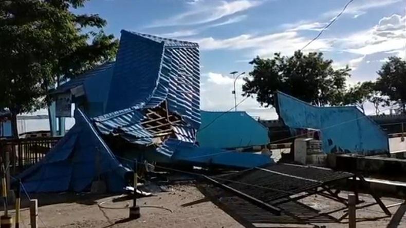 Gapura ruang tunggu Pelabuhan Nusantara, Kabupaten Muna, Sulawesi Tenggara (Sultra), hancur setelah ditabrak KM Aksar Saputra 08, Kamis (28/5/2020) dini hari tadi. (Foto: iNews/Andhy Eba)