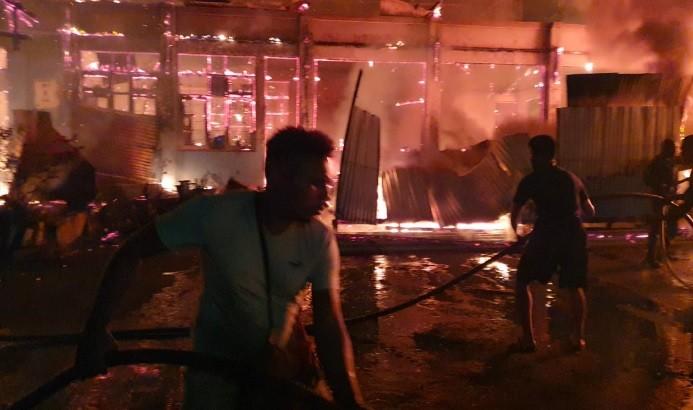 Warga bersama TNI-Polri berupaya memadamkan api yang membakar Hotel Tabita di Distrik Sentani, Jayapura. (Foto: iNews)