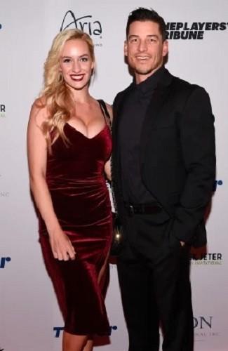 Paige Spiranac (kiri) bersama suaminya, Steven Tinoco. (Foto: Instagram @_paige.renee)