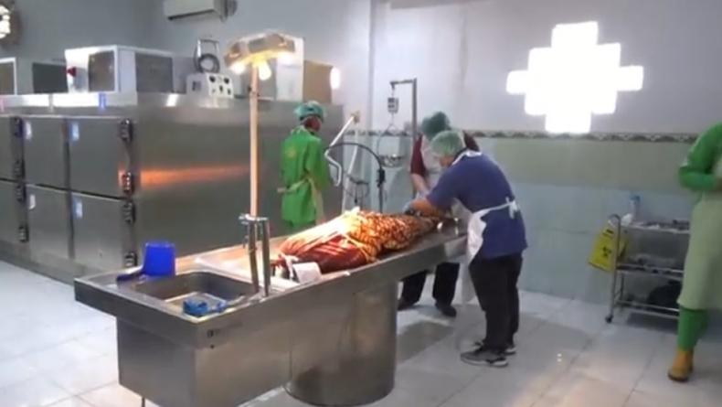 Jenazah gadis muda Venny yang ditemukan tewas di kamar penginapan divisum di RS Bhayangkara (Firdaus/iNews)
