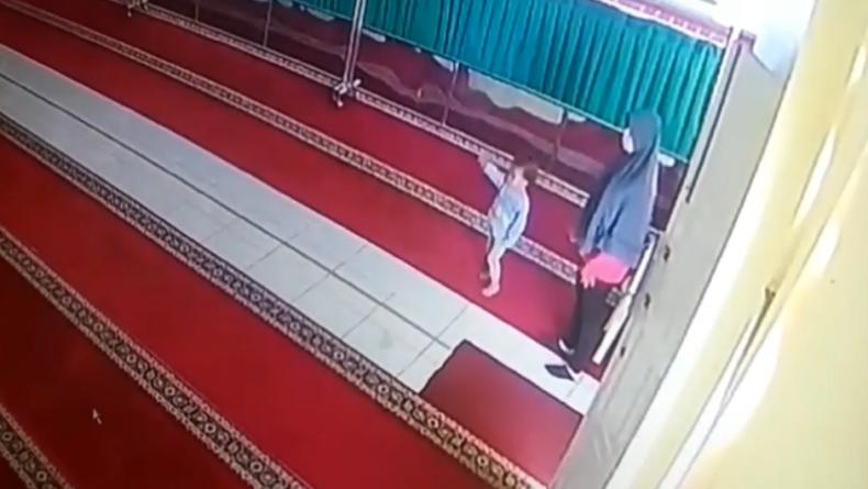 Pasutri di Tanah Datar mencuri isi kotak amal sambil bawa anak (Agung Sulistyo/iNews)