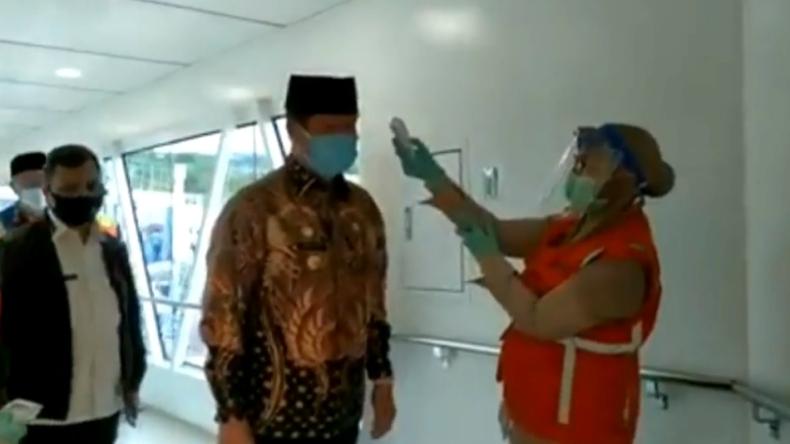 Gubernur Kepulauan Riau Isdianto saat tiba di bandara (Gusti Yennosa/iNews)