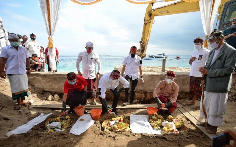 Menteri Perhubungan Budi Karya Sumadi saat meletakkan batu pertama pembangunan Pelabuhan Sampalan dan Bias Munjul di Klungkung, Bali, Senin (3/8/2020). (Foto: Biro Komunikasi dan Informasi Publik Kemenhub)