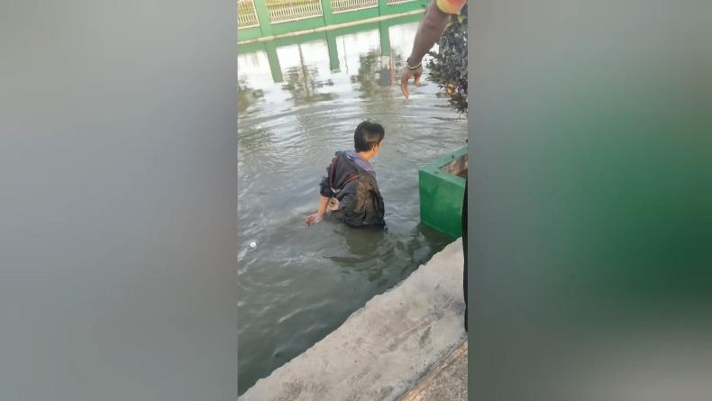 Suroso, pencuri kotak amal di Masjid At-Taqwq Agam, Sumbar dilempar ke dalam kolam ikan (Wahyu Sikumbang/iNews)