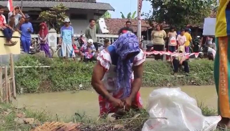 Para peserta pria mengenakan pakaian daster saat lomba agustusan memancing. (Foto iNews/Toiskandar).