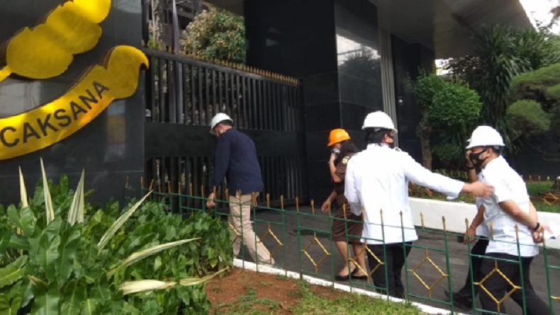 Polisi kembali menggelar olah tempat kejadian perkara (TKP) kebakaran Gedung Kejaksaan Agung (Kejagung) Senin (24/8/2020). (Foto: iNews.id/ Irfan Maruf).