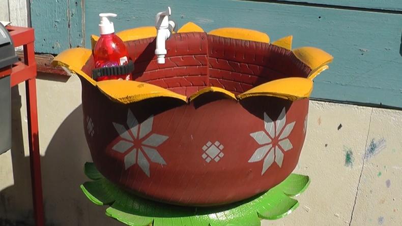 Wastafel dari ban bekas yang dibuat oleh pemuda di Palembang (Bambang Irawan/iNews)