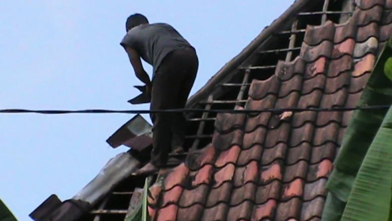 Rumah warga Prabumulih rusak diterjang angin puting beliung (Berrie Brima/iNews)