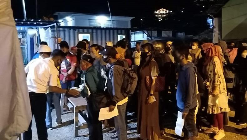 Para sukarelawan Covid-19 memeriksa penumpang di Pelabuhan Labuan Bajo, Kabupaten Manggarai Barat, NTT, belum lama ini. (Foto: iNews/Yoseph Mario Antognoni)