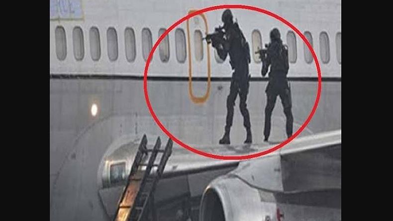 Operasi pembebasan penumpang pesawat DC-9. (Foto: Sindonews/Ist).