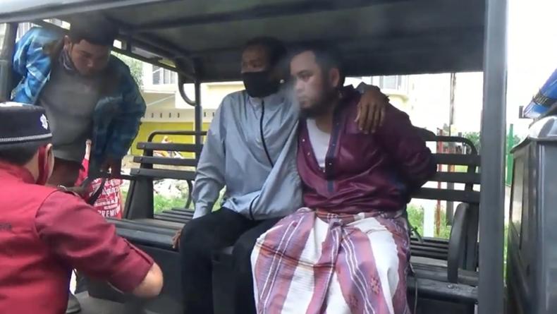 Guru ngaji di Palembang dikeroyok warga dan diamankan polisi karena cabuli muridnya (Firdaus/iNews)