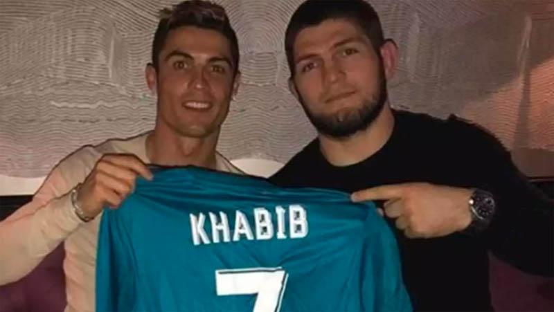 Cristiano Ronaldo (kiri) berfoto saat bertemu Khabib Nurmagomedov pada 2018 lalu. (Foto: ESPN)