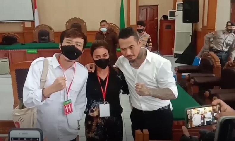Dokter Tirta menghadiri sidang pembacaan pledoi Jerinx di PN Denpasar, Selasa (11/10/2020). (iNews.id/Muhammad Muhyiddin)