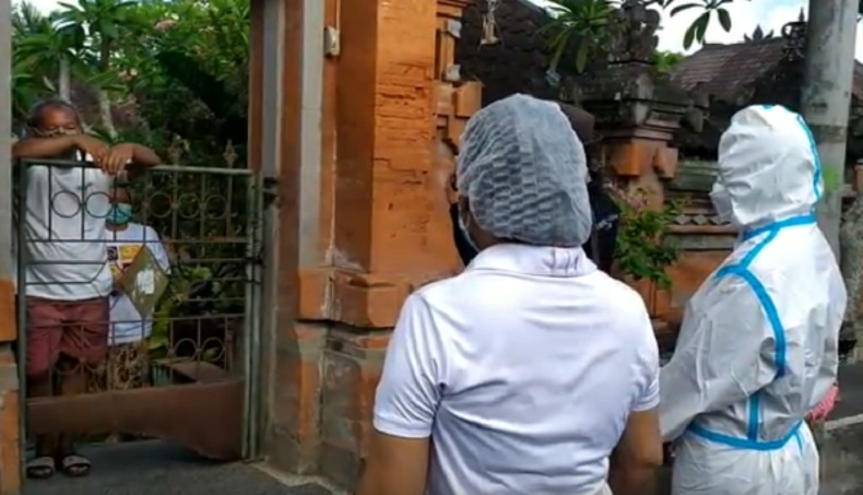 Petugas Dinkes Gianyar melakukan tracing ke rumah warga di Banjar Tebongkang, Desa Singakerta, Kecamatan Ubud, Gianyar, Bali, Jumat (13/11/2020). (iNews.id/Nyoman Astana)