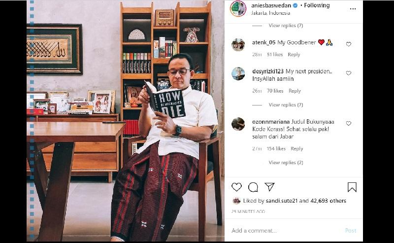 Unggahan Gubernur DKI Jakarta, Anies Baswedan membaca buku How Democracies Die., Minggu (22/11/2020). (Foto: Instagram @aniesbaswedan)