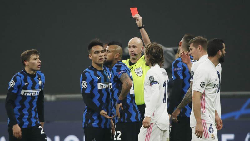 Gelandang Inter Milan Arturo Vidal (ketiga kiri) mendapat kartu merah saat menghadapi Real Madrid pada matchday keempat Grup B Liga Champions di Stadion Giuseppe Meazza, Kamis (26/11/2020) dini hari WIB. (Foto: REUTERS)