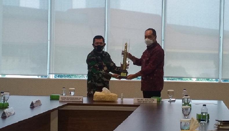 Kepala Pusat Penerangan (Kapuspen) TNI Mayjen TNI Achmad Riad bersama Direktur MNC Group Syafril Nasution. (Foto iNews.id/Irfan Ma`ruf).