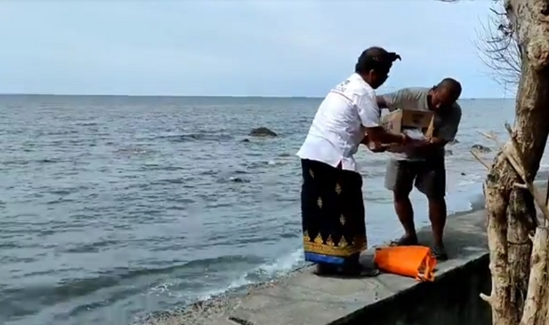 Mayat bayi laki-laki ditemukan di Pantai Camplung, Singaraja, Buleleng, Bali. (iNews.id/Pande Wismaya)