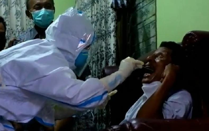 Orang tua pramugari Sriwijaya Air SJ-182, Mia Tresetyani Wadu diambil sampel DNA oleh Tim DVI Polda Bali, Selasa (12/1/2021). (iNews.id/Indira Arri)