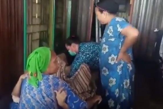 Detik-detik Ernawati melahirkan bayi perempuan di atas perahu di Banjar, Kalsel. (Foto: iNews/Suhardian)