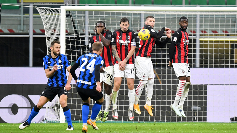 Gelandang Inter Milan Christian Eriksen (24) mencetak gol ke gawang AC Milan melalui tendangan bebasnya pada perempat final Coppa Italia di Giuseppe Meazza, Rabu (27/1/2021) dini hari WIB. (Foto: REUTERS)
