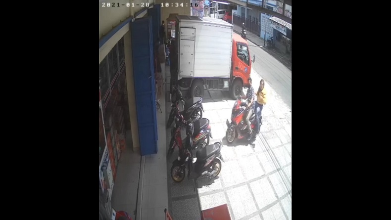 Rekaman CCTV saat korban dan pelaku hipnotis tiba di depan minimarket, Jalan Paseh. (Foto: iNewsTv/Asep Juhariyono)