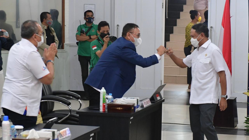 Menpora Zainudin Amali (kanan) menyapa Ketua Umum PSSI Mochamad Iriawan jelang rapat Koordinasi Pengkajian Terhadap Usulan Penyelenggaraan Kompetisi Sepak Bola Liga 1 & 2 di Wisma Kemenpora, Rabu (10/2/2021) sore. (Foto: Kemenpora)
