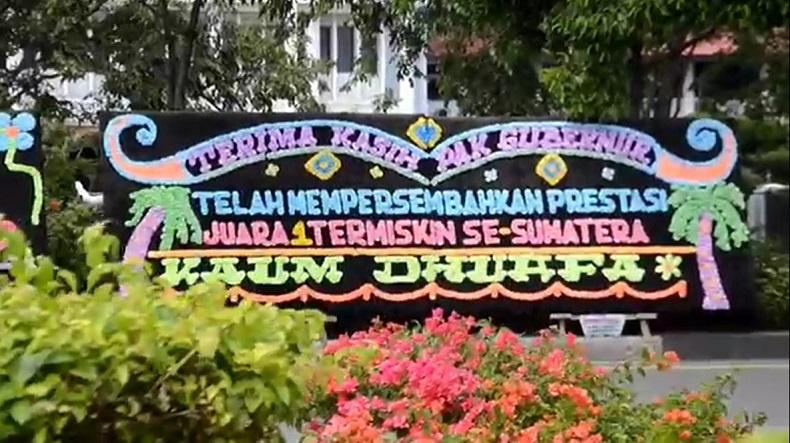 Salah satu papan bunga di depan Kantor Pemerintah Provinsi Aceh berisi sindiran. (Foto: iNews/Taufan Mustafa)