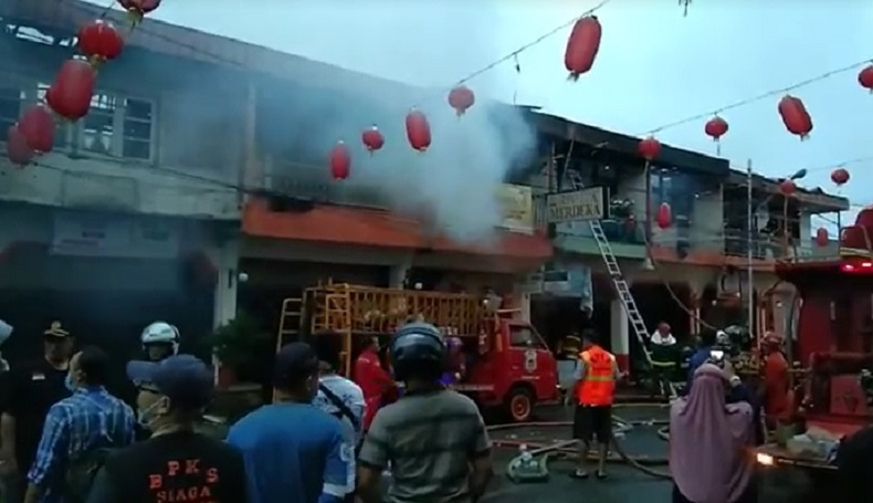 Ruko di Jalan Diponegoro, Singkawang ludes terbakar, Jumat (19/2/2021) pagi. Tiga orang terluka dievakuasi ke RS Vincentius. (Foto: iNews.id/Uun Yuniar)